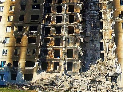 Photo: Wiederaufbau unter Beschuss: Zerstörtes Wohngebäude in der Lugansker Volksrepublik